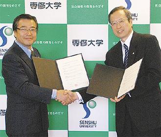 協定調印式に出席した佐々木学長(右)と加藤校長
