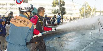 放水を体験する参加者