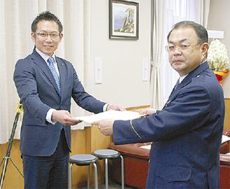 感謝状を受け取る村谷さん(左)