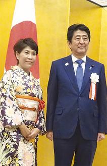 総理官邸での授賞式で安倍首相と並び微笑む山口代表