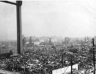市役所本庁舎3階から明治産業を見た当時の写真(平和館提供)