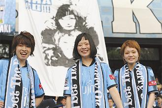(左から)始球式を終えた吉川さん、宮崎さん、松岡さん