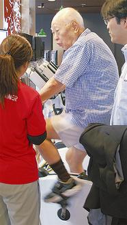 リハビリをサポートするオアシスのスタッフ(左)と菊池医師(右)