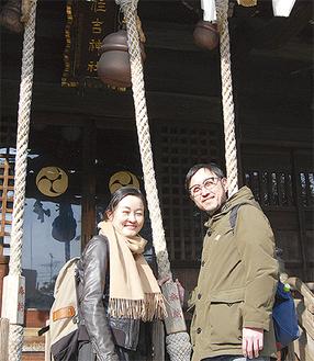 住吉神社の前で笑顔の2人