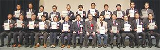 かわさき基準認証を受けた製品を手掛けた企業関係者らと福田市長
