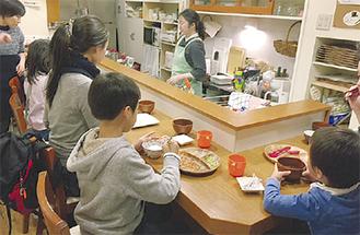 食事を楽しむ子ども達