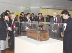 展示室を視察する福田紀彦市長(右)ら
