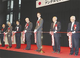 テープカットを行う大使のスヴェイネ氏(右から4人目)、菅原進市議会副議長(同2人目)