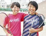 仲良く肩を組む安土さん(左)と佐俣さん(右)