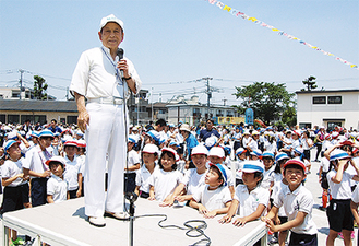 全校児童とともに歌いあげた松原さん