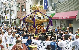 毎年盛り上がりを見せる神輿渡御(昨年の様子)