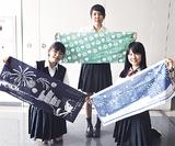 (左から)デザインした手ぬぐいをPRする高岡さん、三浦さん、小島さん