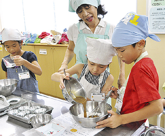 協力してお菓子を作る子どもたち