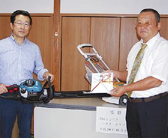 齊藤会長(右)から所長へ目録