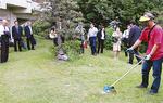 芝刈り機の実演を見守る会員ら