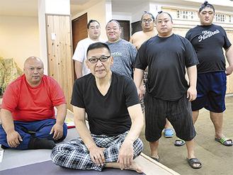 気持ちを新たにする中川親方(中央)、佐々木後援会長(左)と力士たち