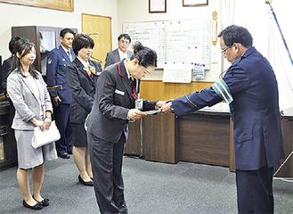感謝状を贈呈する田中署長