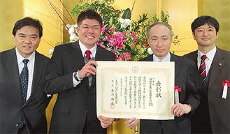 川村明啓会長(中央左)と松野剛一校長(中央右)、歴代会長の2人