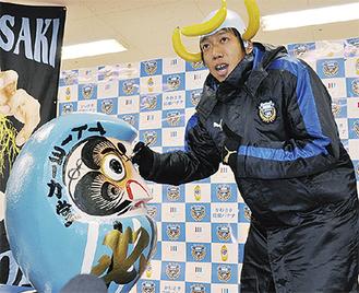 だるまの目入れをする中村憲剛選手