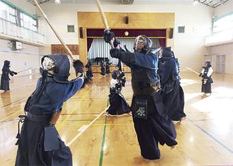 激しく打ち合う剣士ら