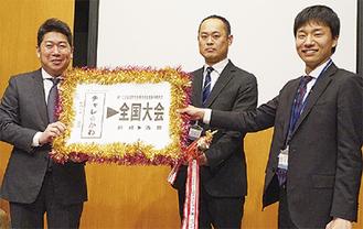 福田紀彦市長から全国大会への切符を受け取る同課職員