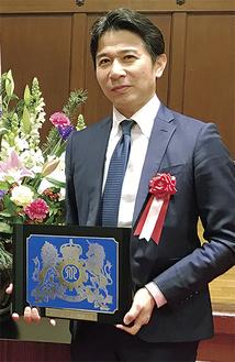 県庁で表彰を受けた三和クリエーション手塚社長