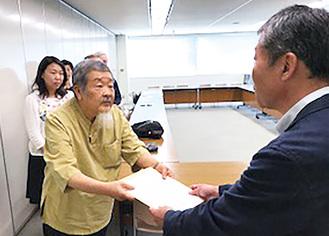 水谷区長(手前)に要請書を手渡すネットワークメンバー
