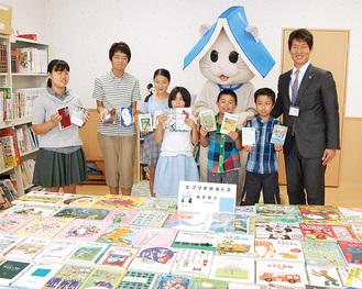 寄贈式典に参加した小松さん(右)と子どもたち