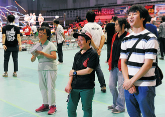 障害者と会場案内を行う小山さん(右)