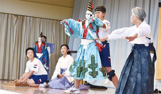 人形操作とツケに挑戦した井田中生(左端と中央右)
