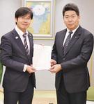 代表して福田市長(右)に要望書を手渡す押本