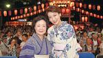 市川さんの出演を喜ぶ若柳さん(左)