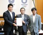 福田市長(左)とともに丹羽文科副大臣(中央)に提案書を手渡す松原