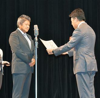感謝状を受け取る中村支部長(左)