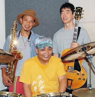 練習に臨むメンバー。(左から)高山さん、芦田さん、石川さん