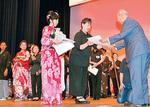 斎藤理事長(右)から表彰状