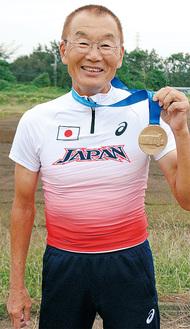 金メダルを手に、思いを語る中村さん