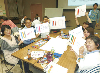 2016年10月の授業で、川崎市のロゴを自分色に表現した参加者ら