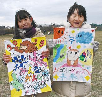 入賞した凧を持つ宮本乃愛さん(左)と山邊里奈さん