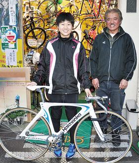 恩師の東さんと笑顔をみせる中村さん(左)