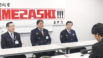 『近代消防』の取材を受けるMEZASHIの3人