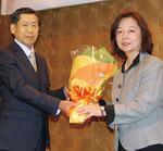 花束を受け取る鹿島さん(左)