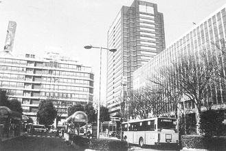 武蔵小杉駅北口。中央にそびえるタワープレイスの左側にある小杉ビルディングの後方にホテルザ・エルシィ」の看板も見える。(平成15年撮影/羽田猛著「中原街道と武蔵小杉」より)