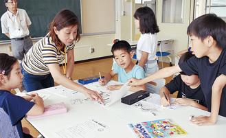 「寺子屋先生」に積極的に質問する児童ら