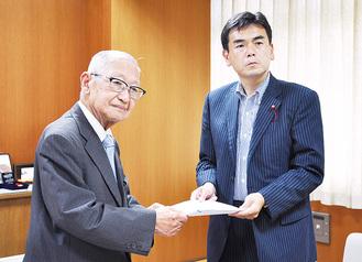 意見書を提出する関田代表(左)