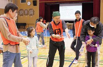 救助用ロープの結び方を教わる参加者
