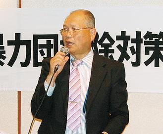挨拶する吉川会長