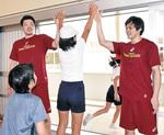 ハイタッチする藤井選手(右)と鎌田選手