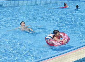 プールで楽しむ親子(昨年)
