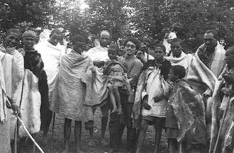 エチオピア活動時、子どもを抱く内藤教室長=内藤さん提供